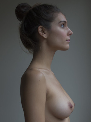 Caitlin Stasey, źródło: herself.com